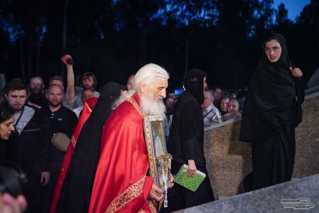 Схимонах Сергий возглавил альтернативный крестный ход