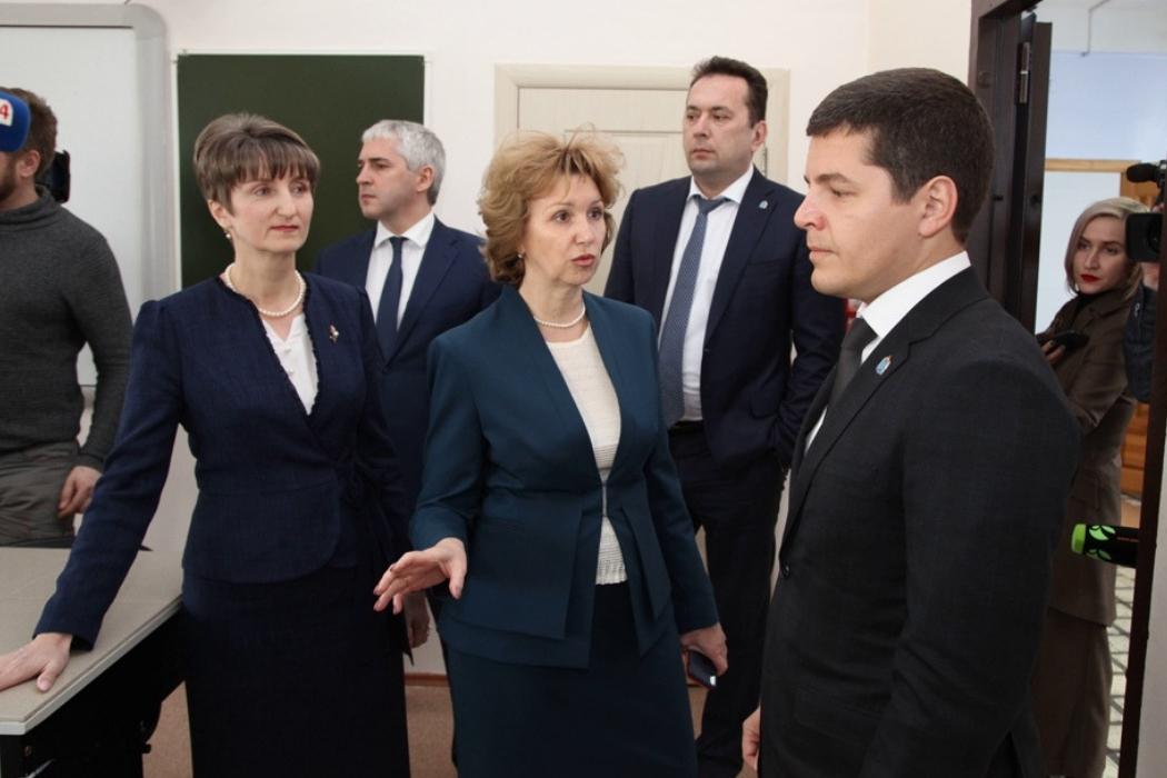 В Ноябрьске губернатор Ямала посетил проблемную школу