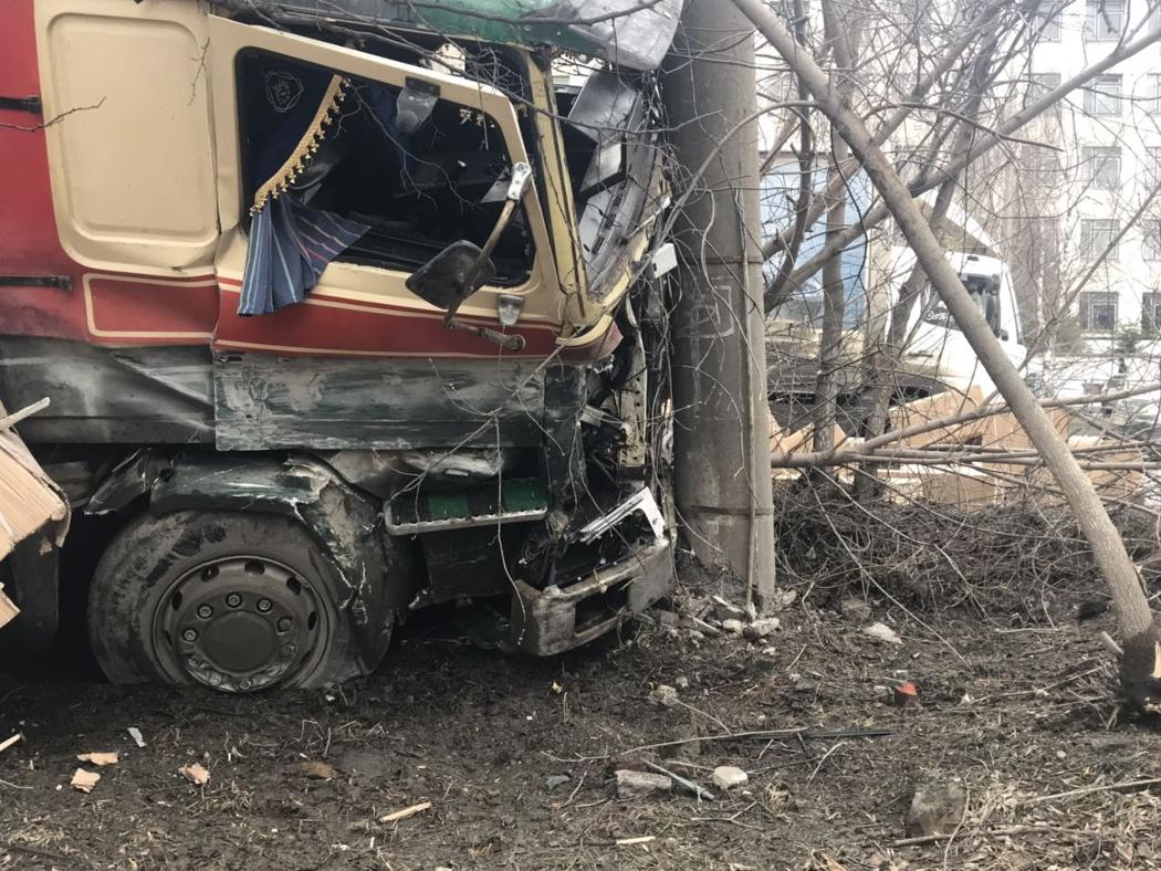 Игрушки не доедут в Краснодар: в Златоусте грузовик врезался в столб