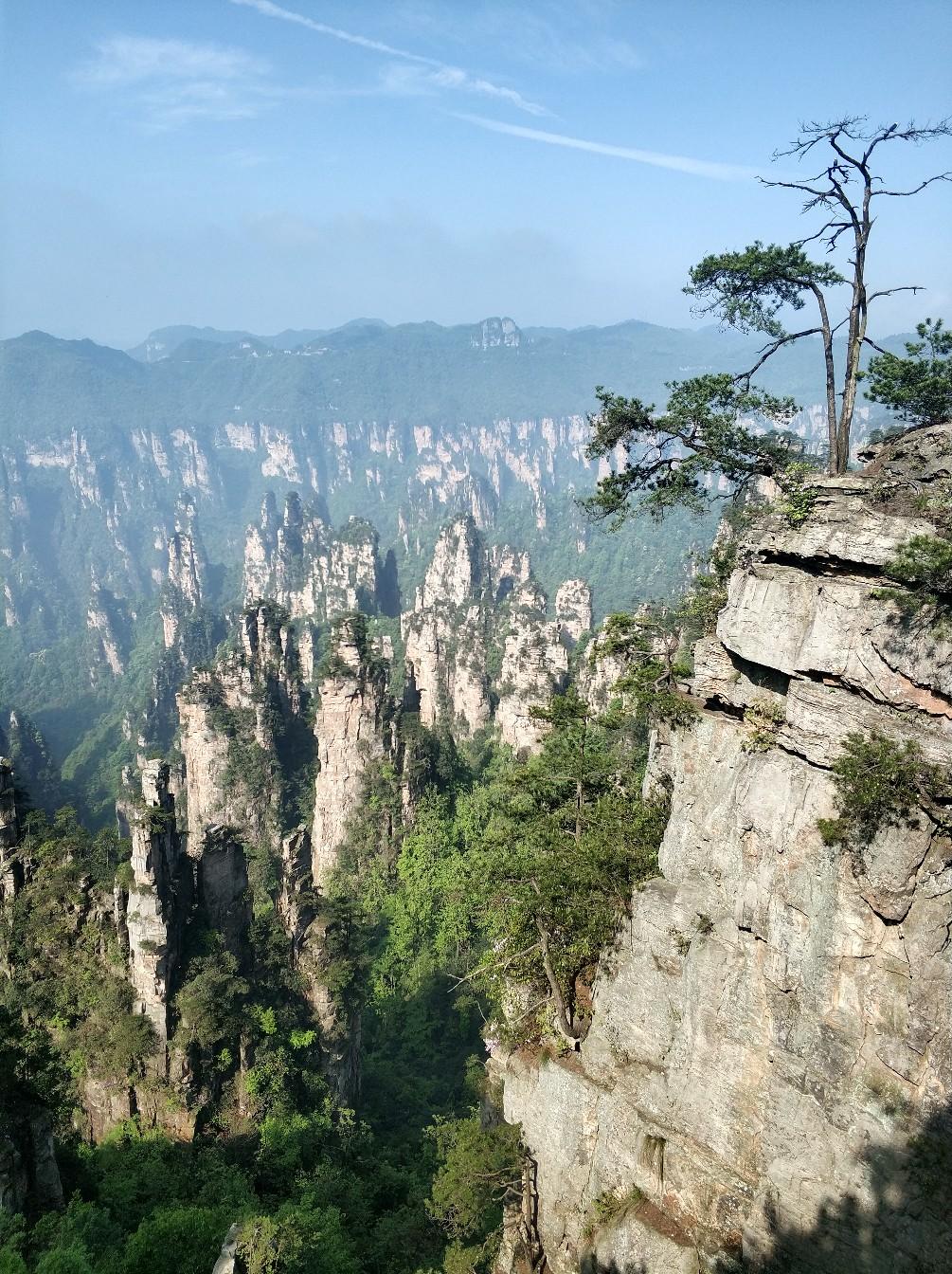 Парящие горы находятся в Zhangjiajie UNESCO Global Geopark