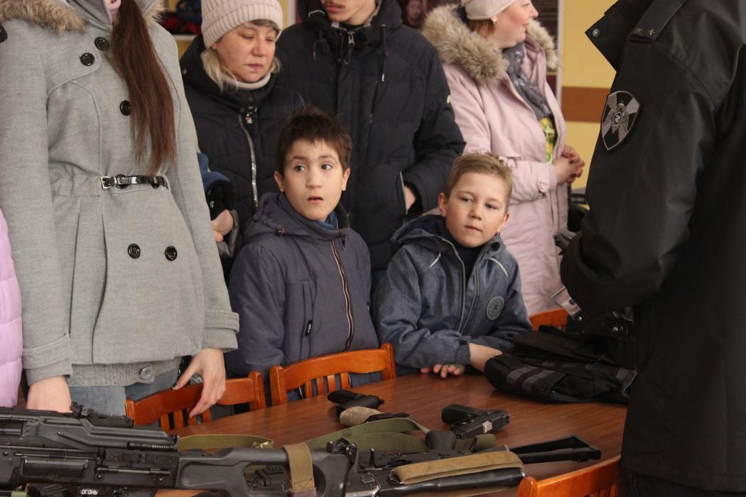 В Челябинске к 100-летию Калашникова ОМОН провел экскурсию школьникам