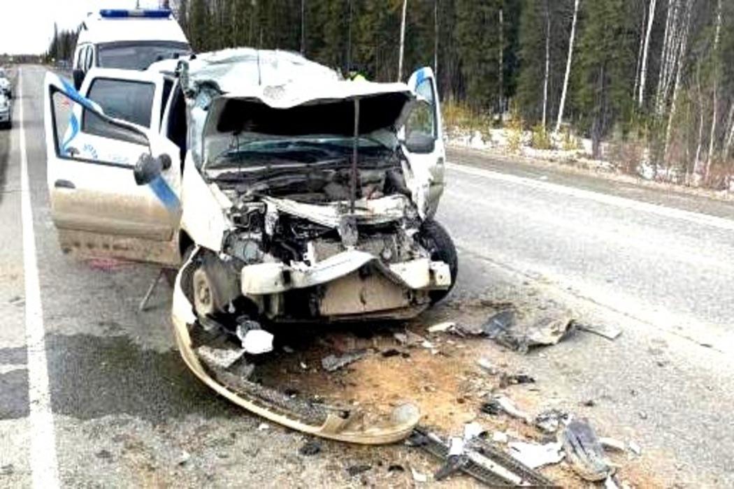 В Югре легковушка залетела под автогрейдер