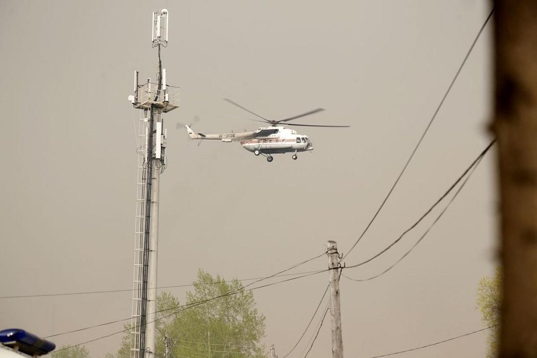 Иковка работает вертолёт МЧС
