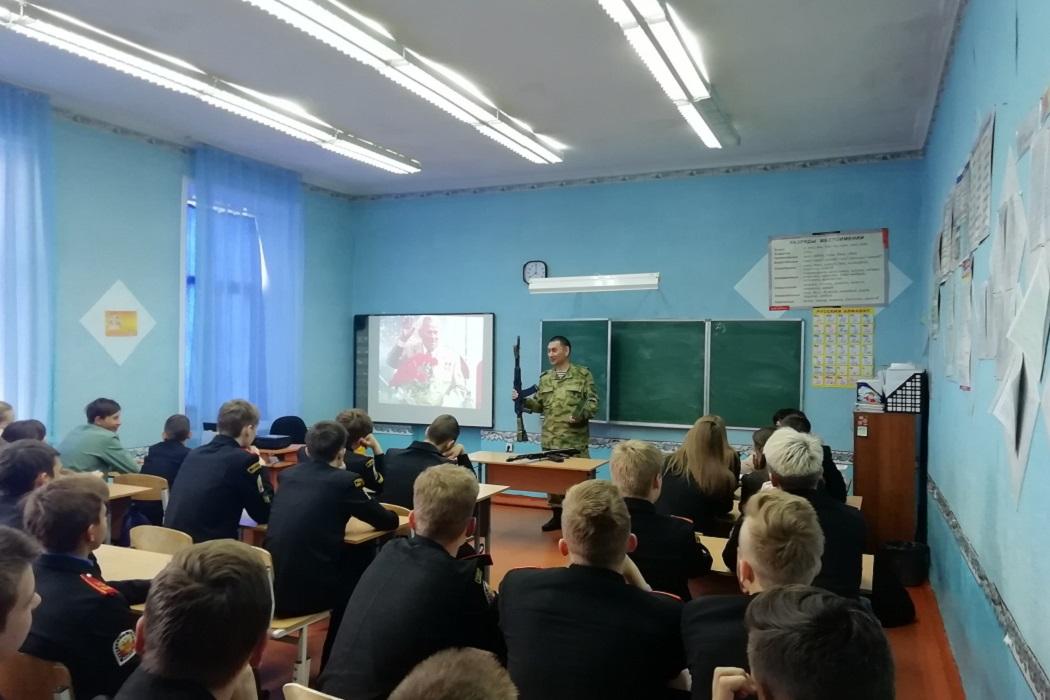 Росгвардейцы познакомили курганских школьников с автоматом Калашникова