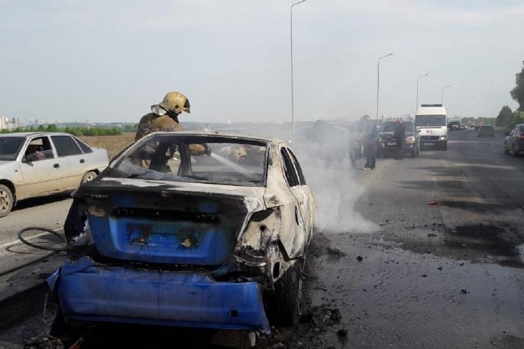 пожарные тушат машину