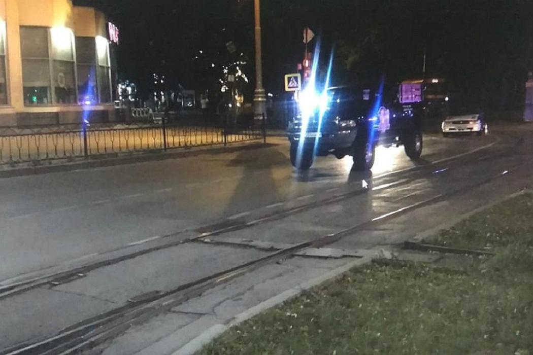 В Екатеринбурге мужчина выпал из машины и сразу попал под колеса другой