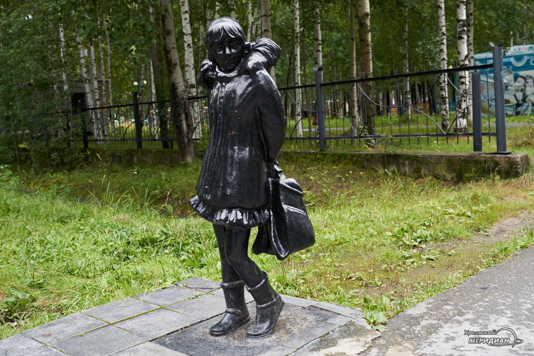 Памятник школьница дети