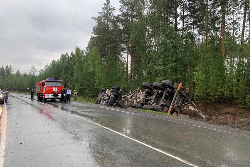 Под Режом фура перевернулась на затяжном повороте, водитель погиб