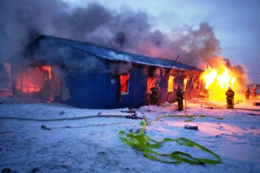 Вблизи Нового Уренгоя потушили крупный пожар в одноэтажном общежитии