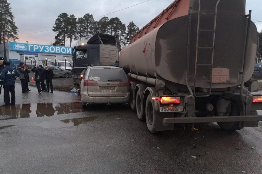 На Берёзовском тракте легковушка врезалась в бензовоз