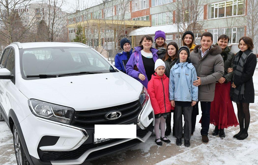 Дмитрий Артюхов подарил многодетной ямальской семье автомобиль