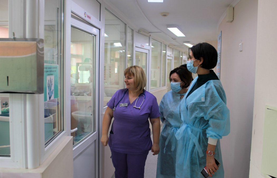 В Челябинске сенатор навестила малыша, рожденного в Турции