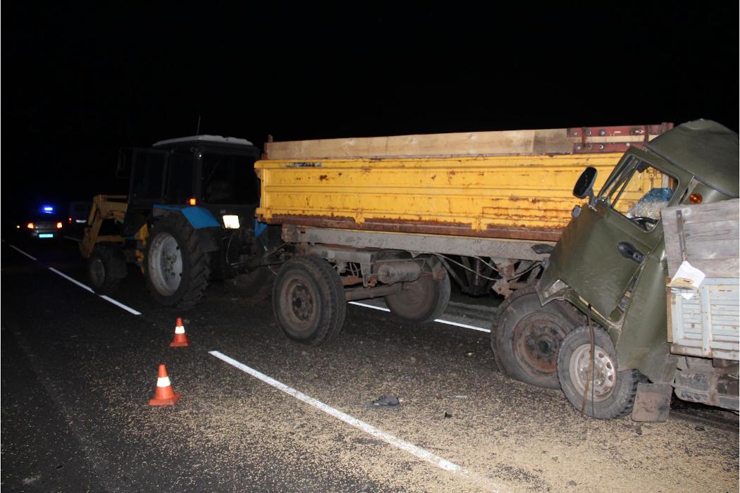 В Зауралье водитель УАЗа погиб, врезавшись в трактор