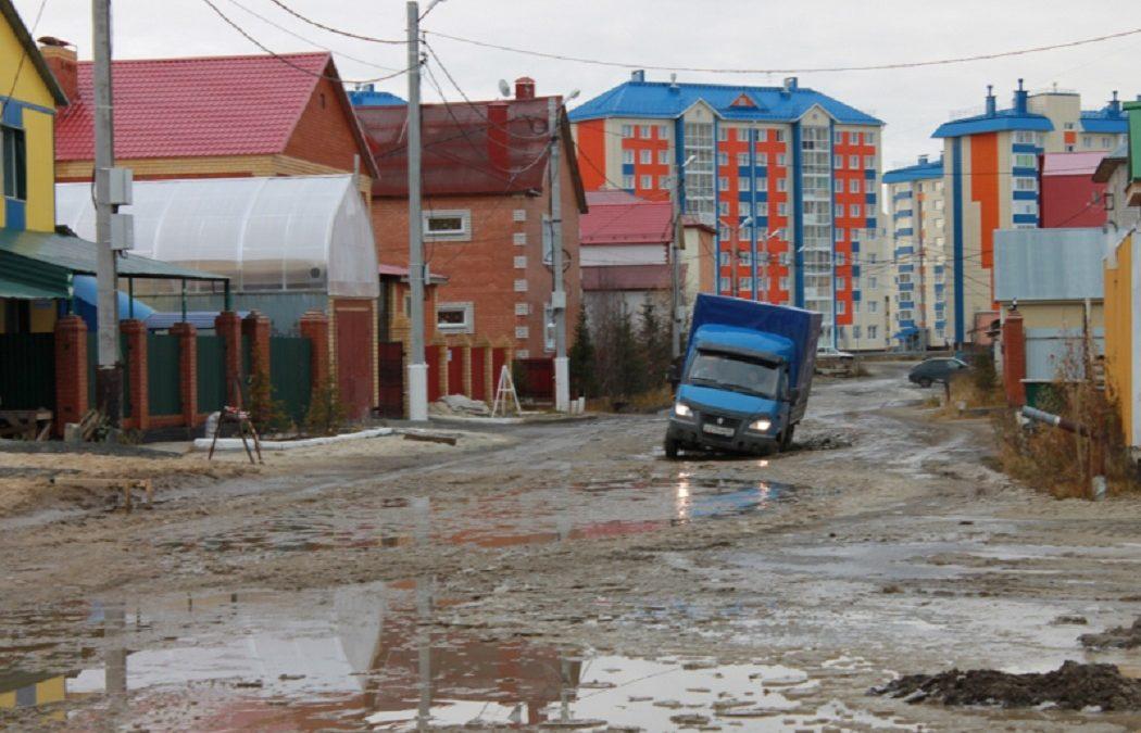 В Салехарде большегрузы разбили единственную дорогу в микрорайоне