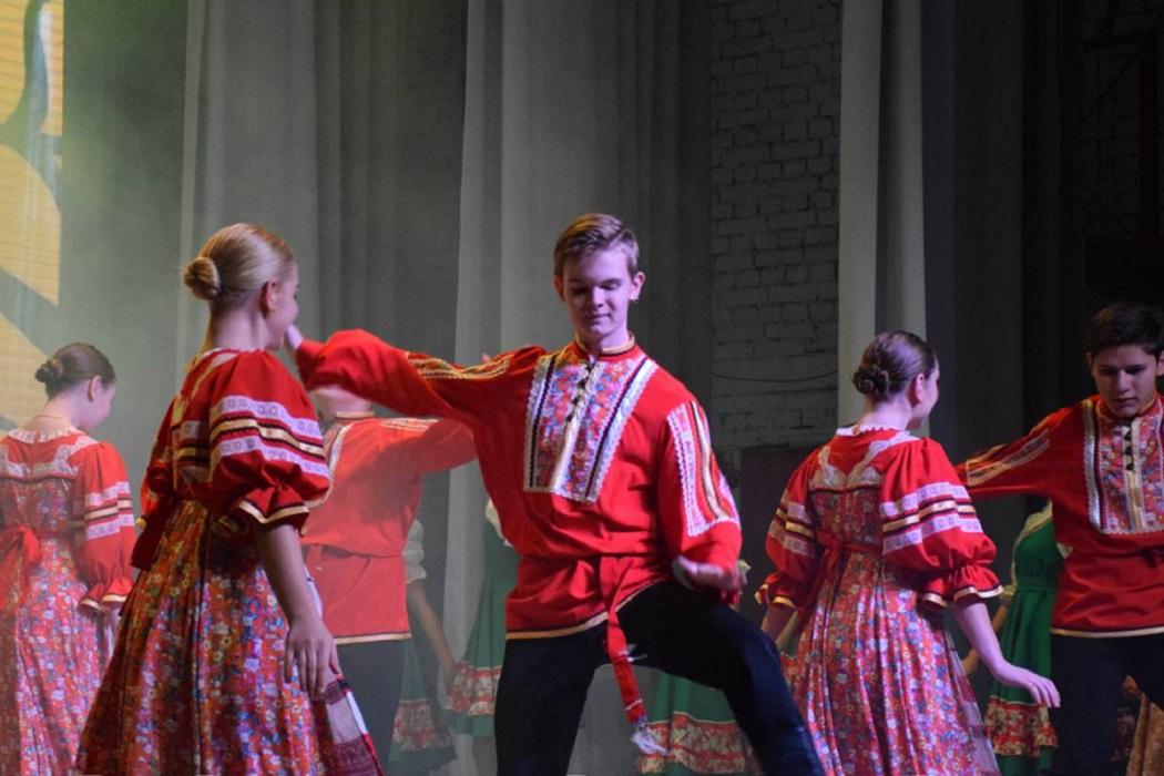Танец в русских национальных костюмах