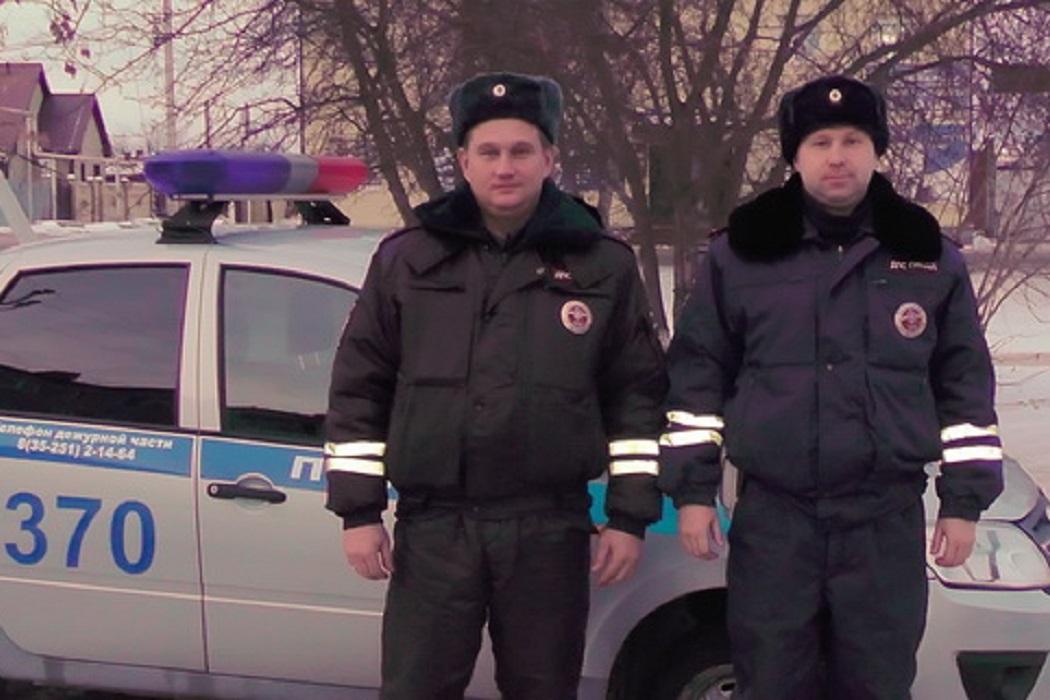 Инспекторы ГИБДД в Катайске спасли людей из пожара)