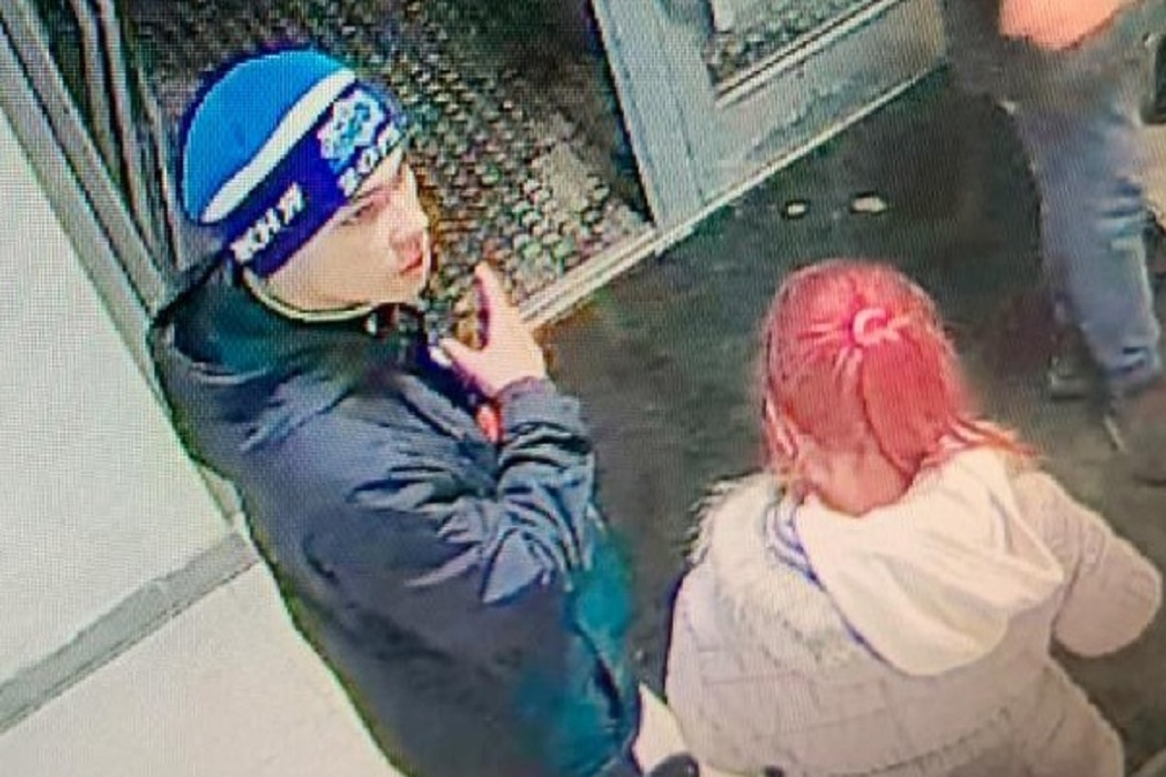 В Екатеринбурге парень и девушка с малиновыми волосами избили девушку
