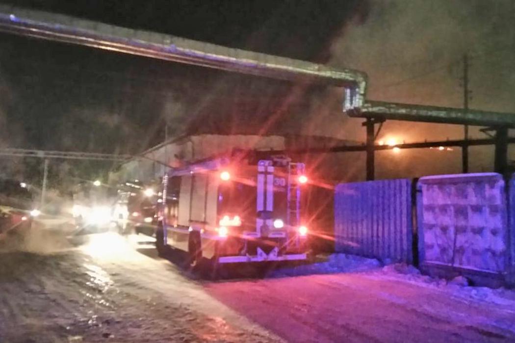 В Свердловской области сгорел ангар со строительной спецтехникой