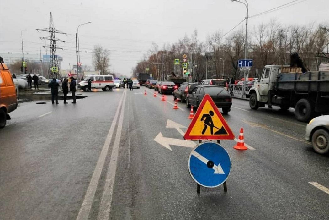 В Тюмени на Харьковской повреждённый коллектор одевают в саркофаг
