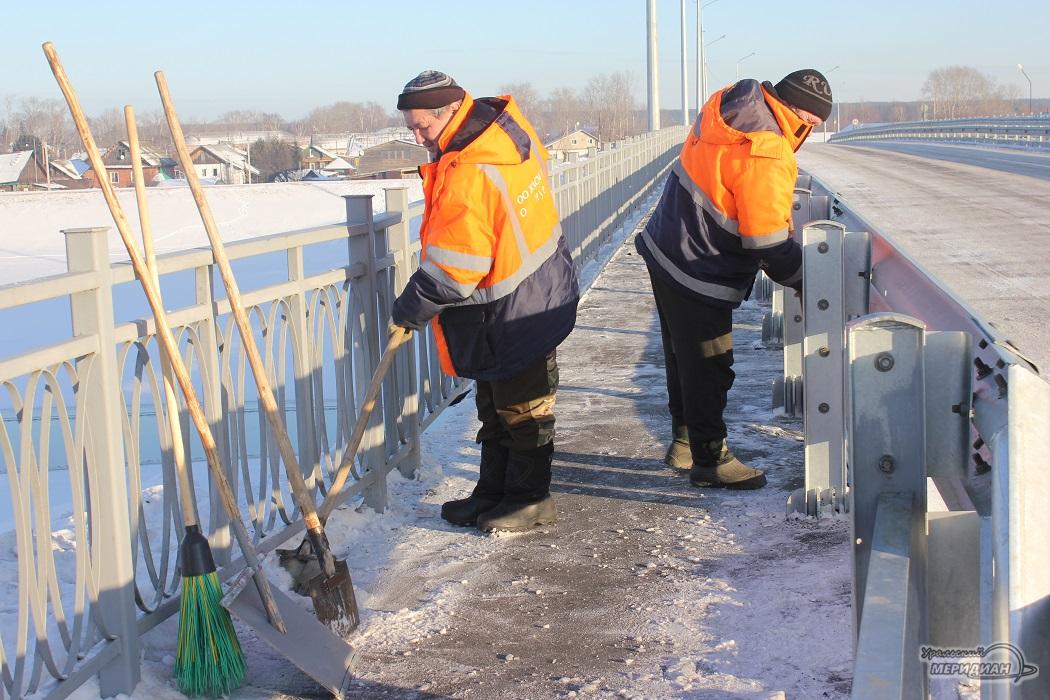 Рабочие чистят дорогу, тротуар, снег