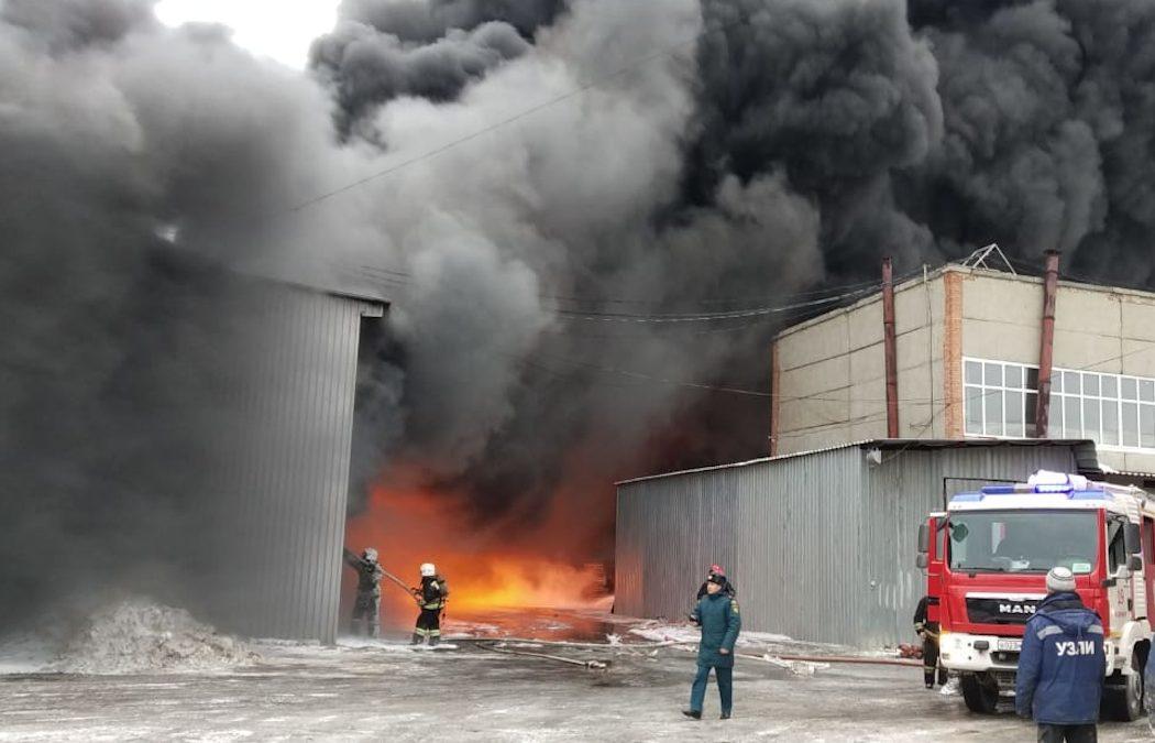 В Екатеринбурге горит разлитая краска на лакокрасочном заводе
