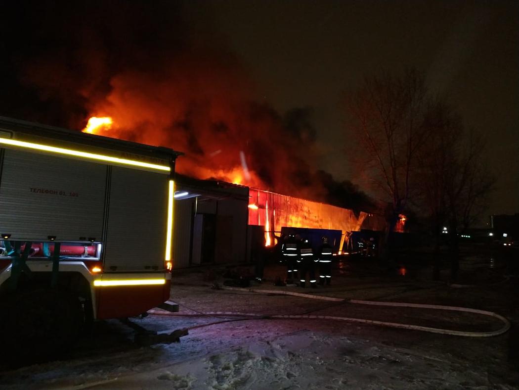 В Екатеринбурге горит склад на Верх-Исетском рынке