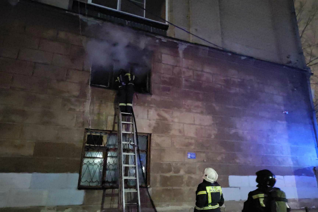 Челябинские пожарные вытащили женщину без сознания из захламлённого жилья