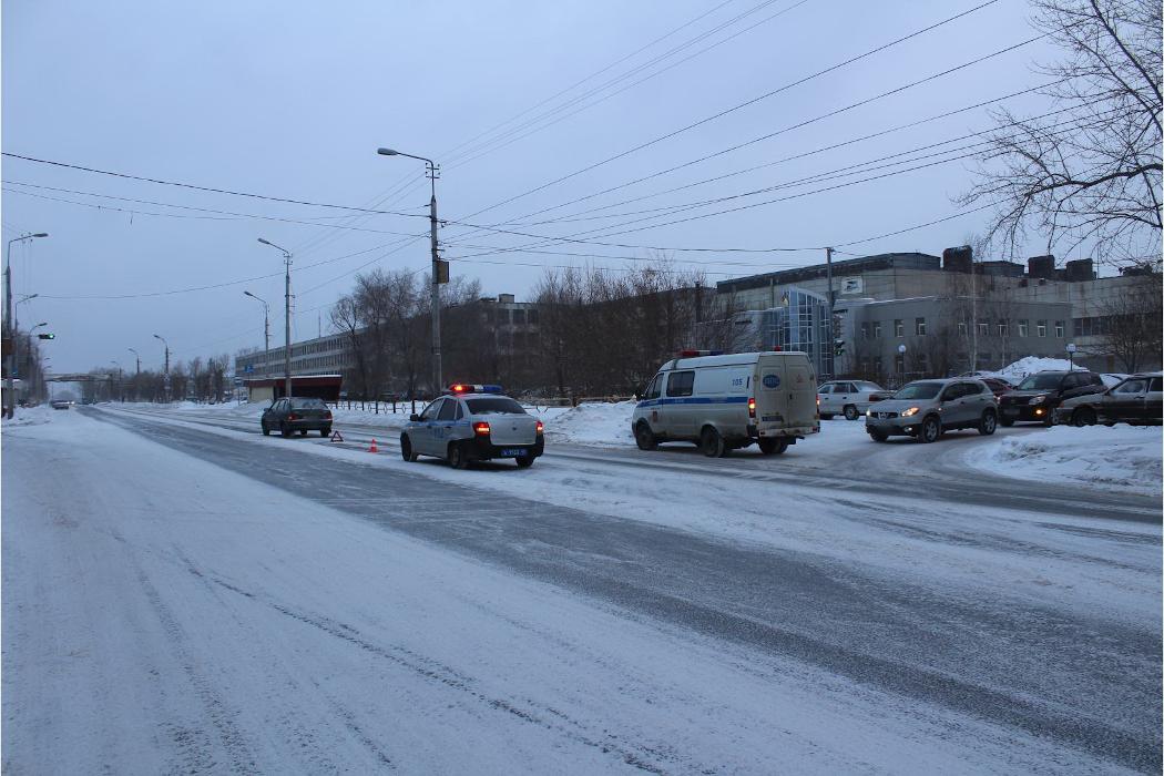 Курганец угодил под колёса авто, перебегая дорогу в неположенном месте