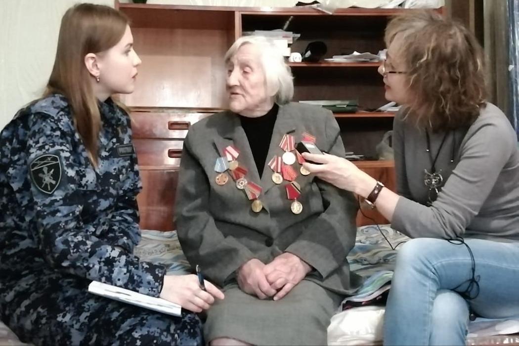 Курганские росгвардейцы навестили 105-летнюю участницу двух войн