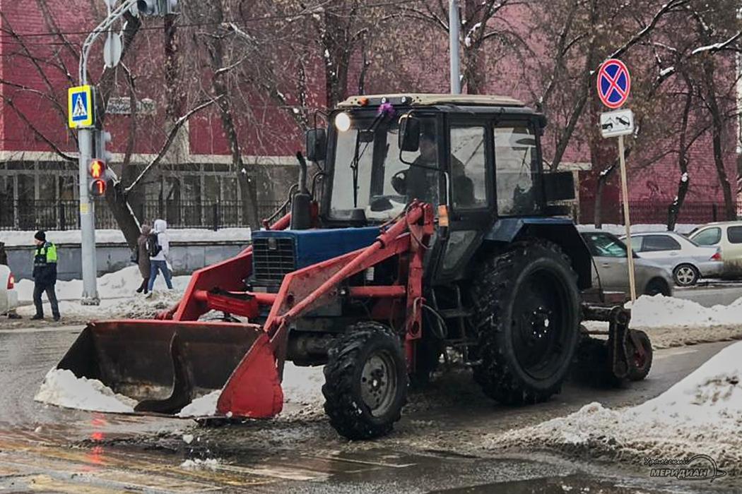 Уборка снега на тротуаре