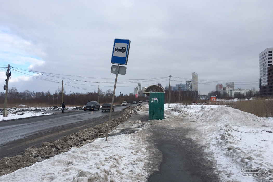 В Екатеринбурге дорожники засыпали снегом автобусную остановку