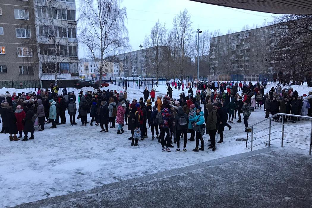 В Екатеринбурге из школы эвакуировали тысячу человек