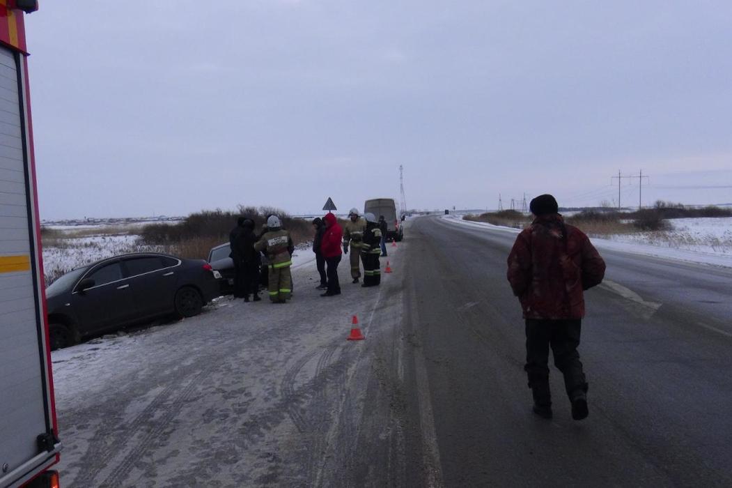 В Курганской области водитель на иномарке врезался в авто и сбил подростка