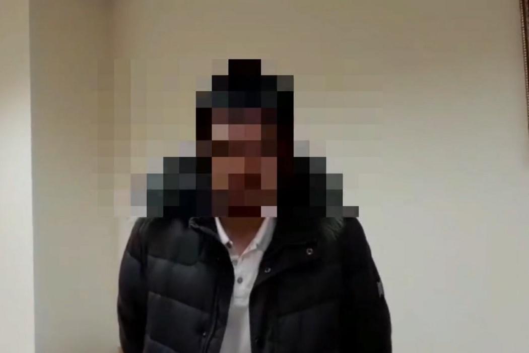 В Сургуте полицейские нашли героя видео, пытавшегося выбить дверь квартиры