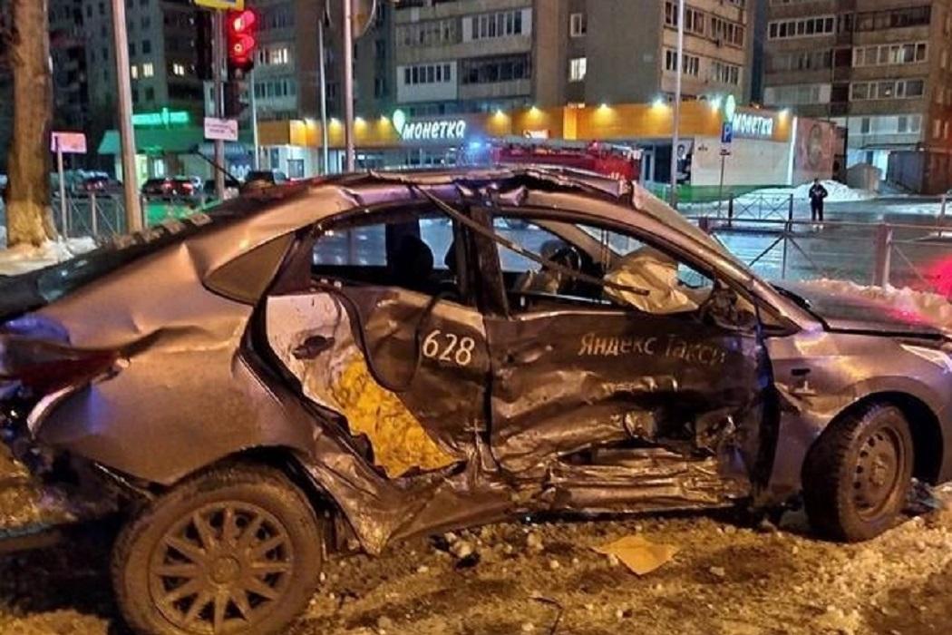 В Тюмени в ДТП с такси пострадали шесть человек 2