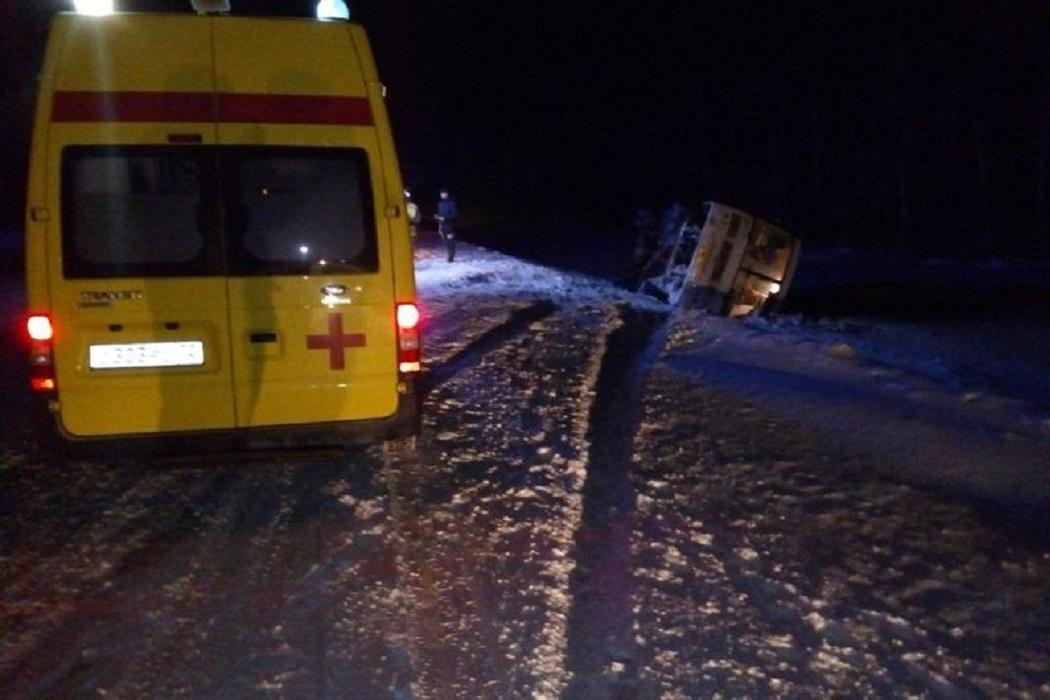 В Уватском районе пьяный водитель перевернул автобус с людьми