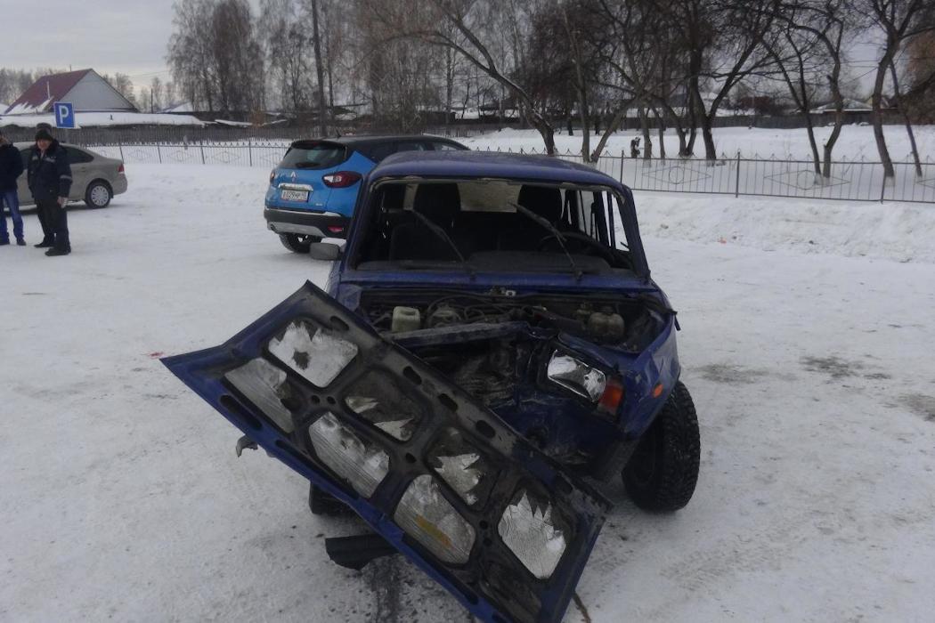 В Зауралье в столкновении ВАЗа с BMW пострадали два человека