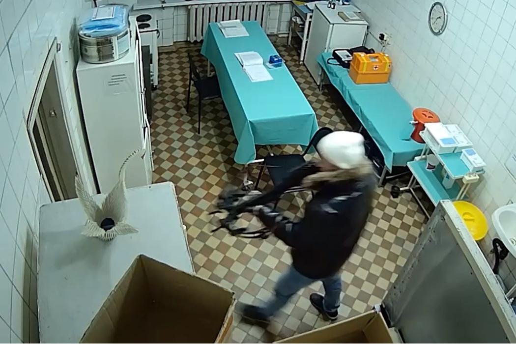 В полиции показали момент нападения на скорую с арбалетом в Озёрске