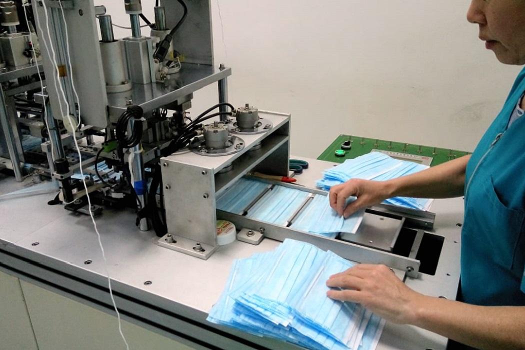 В Каменске-Уральском работницы сшивают 30 тысяч медицинских масок в сутки