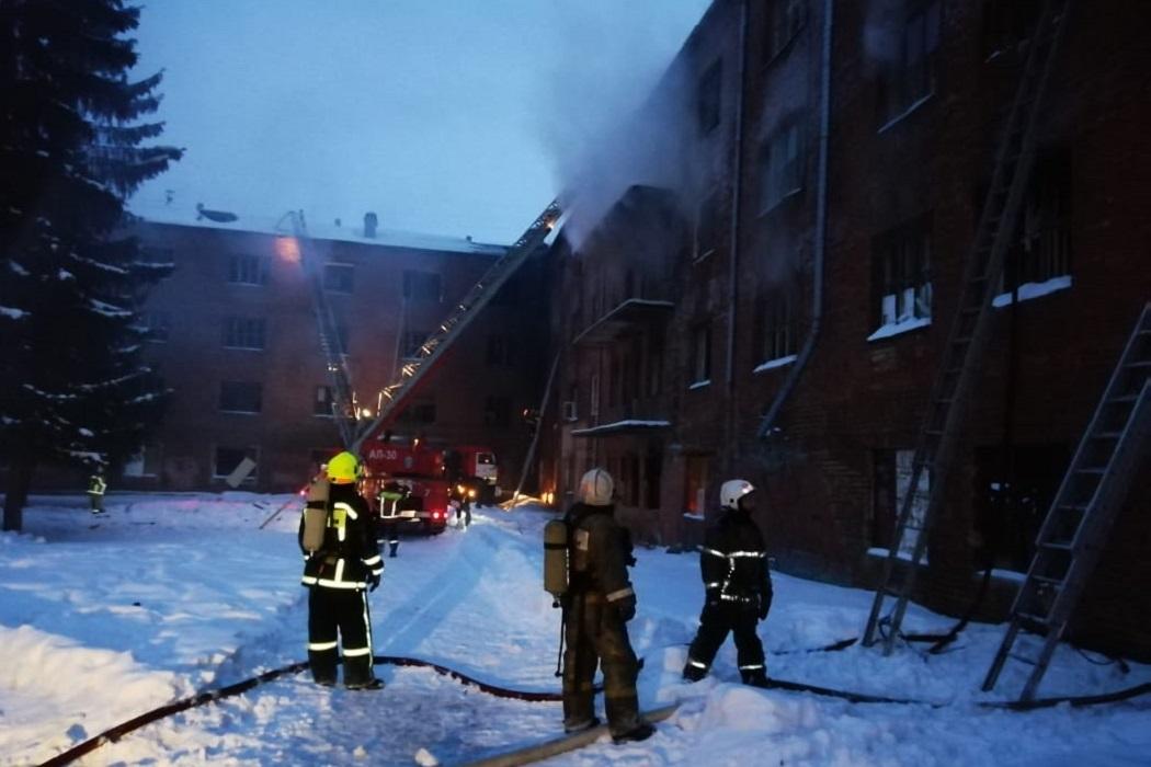 Спустя пять часов в Екатеринбурге локализован крупный пожар в общежитии