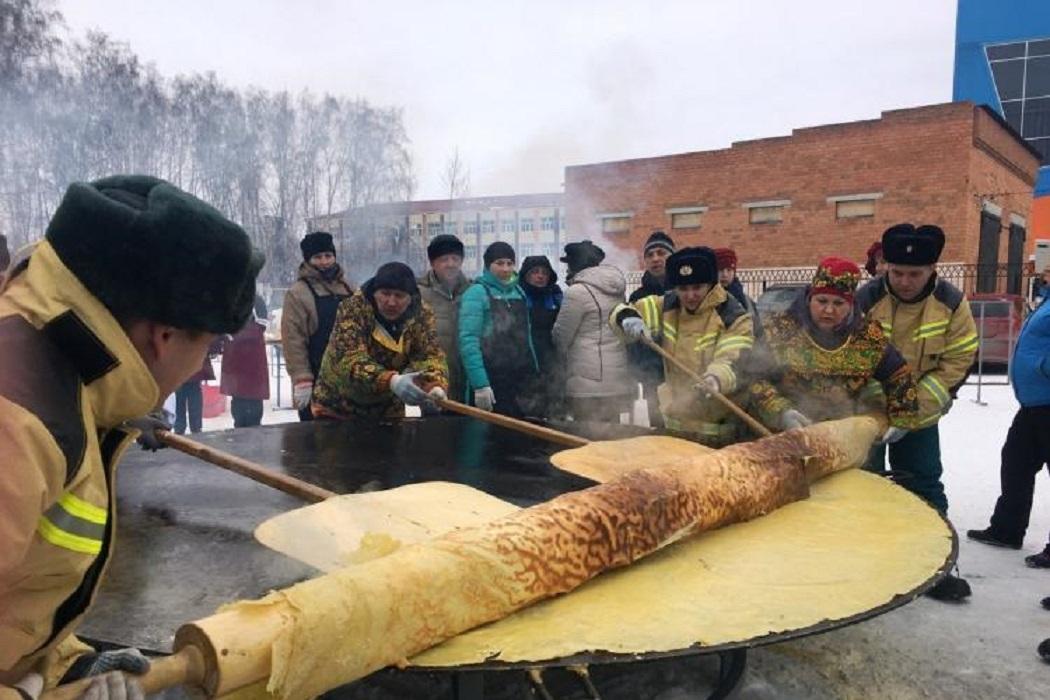 Ялуторовские пожарные испекут на Масленицу огромный блин