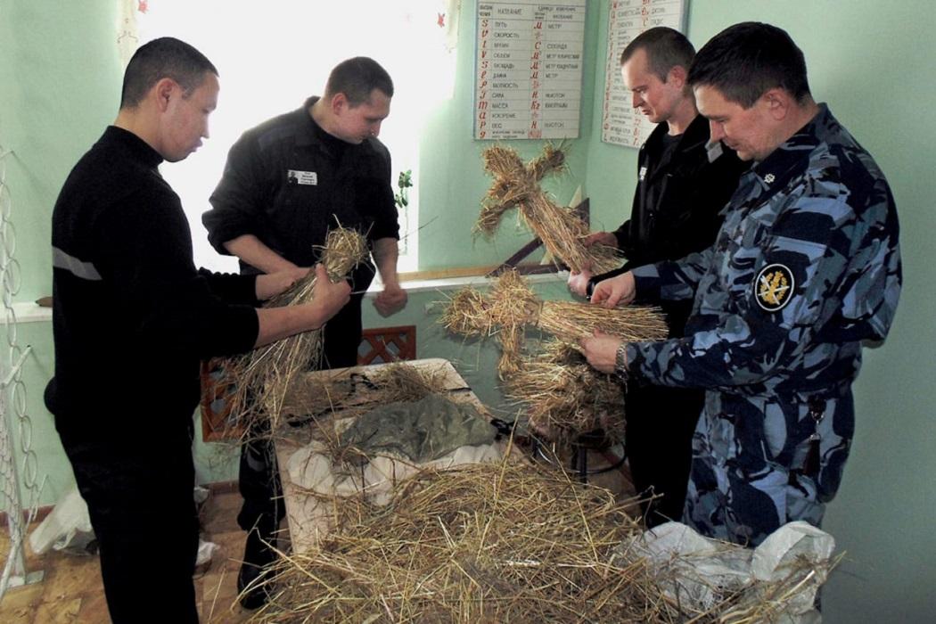 Тавдинские осужденные сплели соломенные куклы к Масленнице