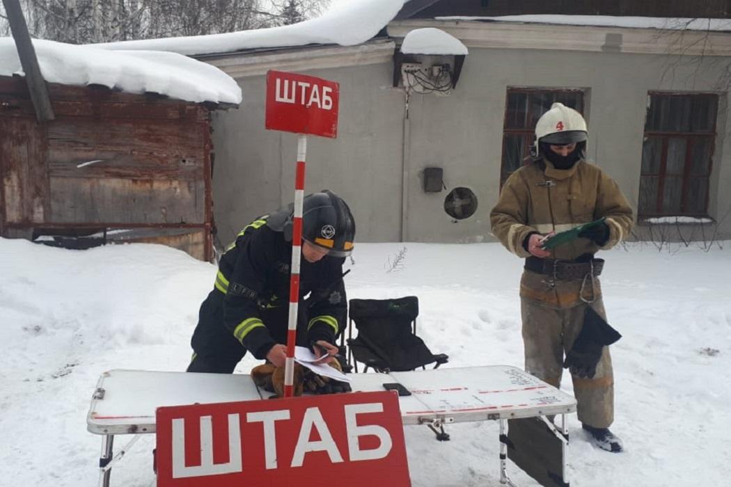 В Екатеринбурге локализован пожар на складе с пластмассой