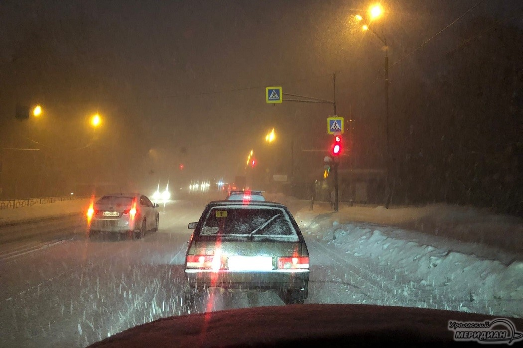 Екатеринбург встал в 8-бальные пробки из-за сильного снегопада