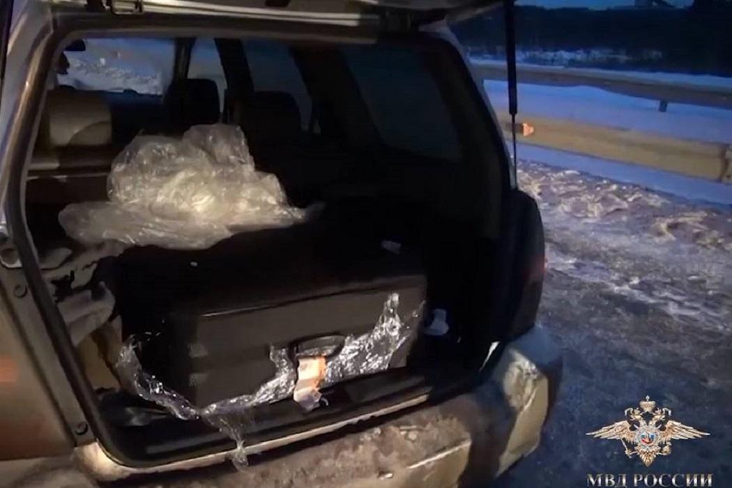 На тюменской трассе задержали водителя с более 40 кг наркотиков в чемодане