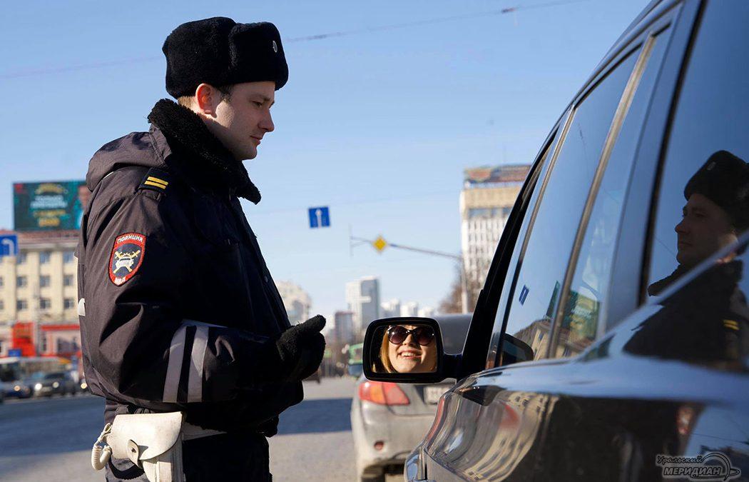 Сотрудники ГИБДД поздравили женщин-водителей