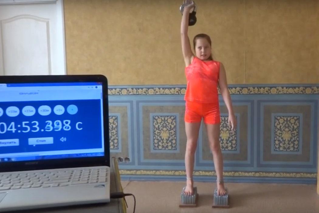 Школьница-силачка из Екатеринбурга бьёт мировые рекорды на карантине