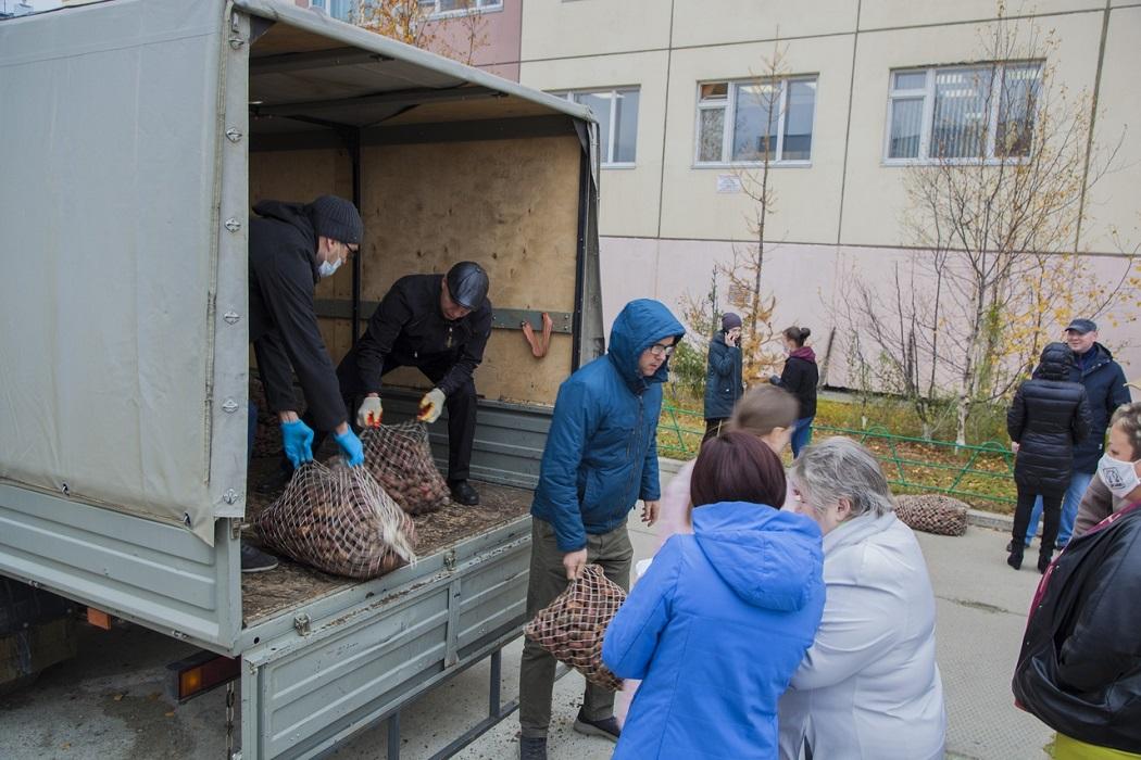 Ямальский предприниматель обеспечил нуждающиеся семьи картофелем
