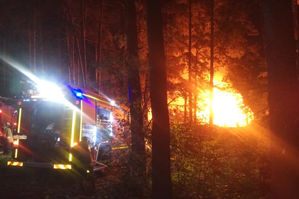 В Екатеринбурге горят дома в Нижне-Исетском микрорайоне