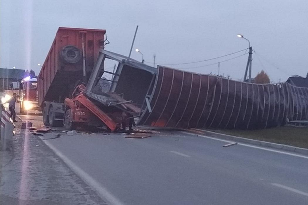 В Екатеринбурге МЧС деблокирует водителя раздавленного мостом КамАЗа